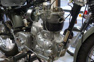 ロイヤルエンフィールドのエンジン腰上組み立て 夏が始まった感