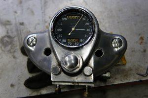 ロイヤルエンフィールド アルミ製トップヨークにスミス製クロノメトリックメーター