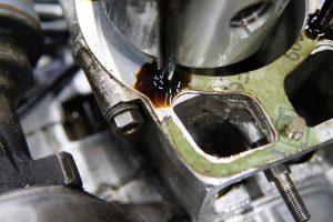 ロイヤルエンフィールド エンジンからのオイル漏れ修理